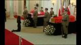 Pologne : les cercueils du couple présidentiel exposés