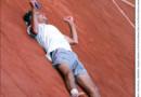 """Gustavo """"Guga"""" Kuerten dessine un coeur avec sa raquette pour célébrer son troisième titre à Roland-Garros, le 10 juin 2001."""