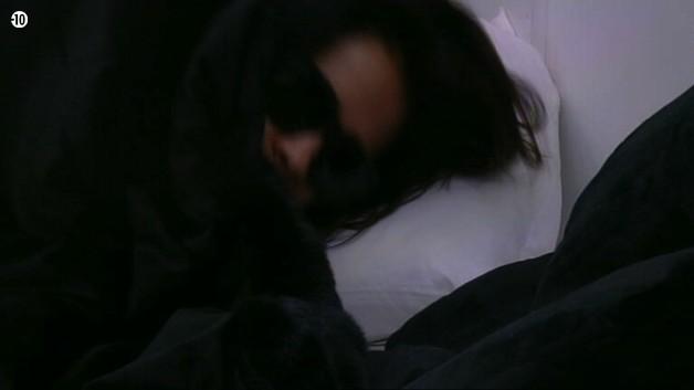 Leila est réveillée en douceur dans sa pièce secrète...