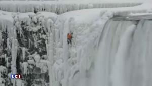 Un homme escalade les chutes du Niagara gelées