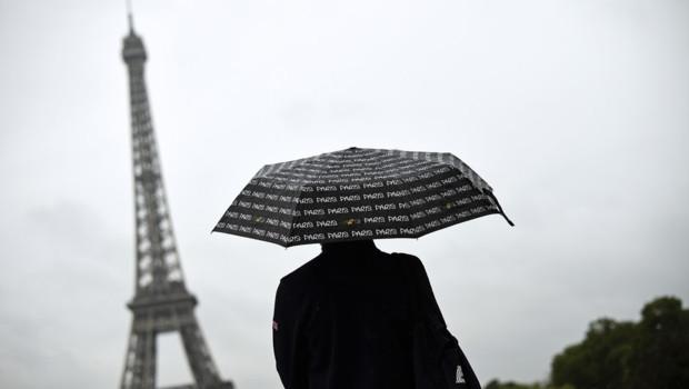 parapluie paris tour eiffel