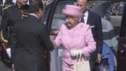 Elizabeth II accueillie sur les Champs Elysées par François Hollande, le 5 juin 2014.
