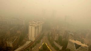 Un épais nuage recouvre la ville de Wuhan en Chine le lundi 11 juin 2012