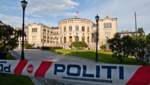 Cordon de police dans le quartier du Parlement norvégien, à Oslo (25 juillet 2011)