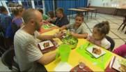 """A la cantine de la colo """"anti-kilos"""", les enfants apprennent à bien manger"""