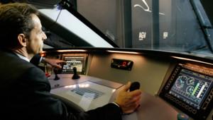 Nicolas Sarkozy s'assoit aux commandes du train à grande vitesse AGV lors d'une visite à l'usine Alstom de La Rochelle le 5 février 2008