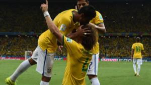 David Luiz félicité après avoir doublé la mise face à la Colombie en quarts de finale de la Coupe du monde, le 4 juillet 2014, à Fortaleza.