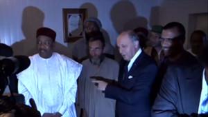 Laurent Fabius et le président du Niger accueillent les quatre otages français d'Arlit après leur libération, le 29 octobre 2013.