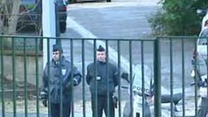 policiers devant une grille d'école