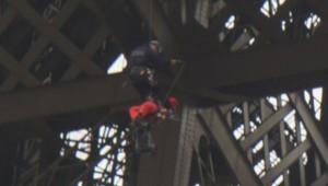 Un militant de Greenpeace a été délogé de la tour Eiffel par les pompiers, le 26 octobre 2013.