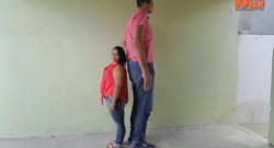 L'homme le plus grand du Brésil s'est marié à une femme de 82 cm de moins que lui. Capture d'écran Bancroft TV.