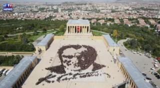 """Plus de 6.000 personnes pour le plus grand portrait """"humain"""" du fondateur de la République turque"""