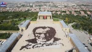 """Plus de 6.000 personnes se sont réunies le 26 août à Ankara pour composer un portrait """"humain"""" du fondateur de la République turque, Mustafa Kemal Atatürk."""