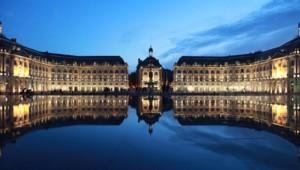 Vue du miroir d'eau, sur les quais, face à la place de la Bourse à Bordeaux.