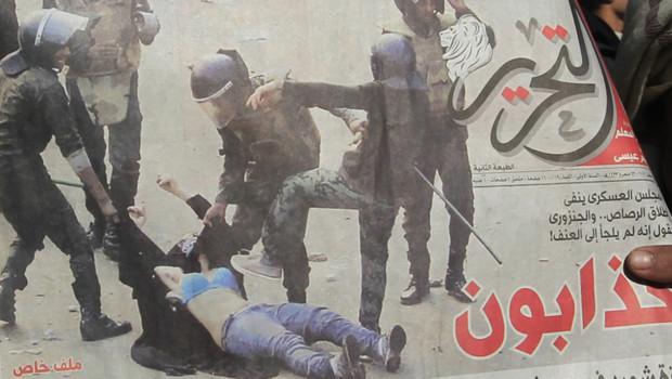 La photo du jour Photo-polemique-en-egypte-une-femme-trainee-par-les-forces-de-10605468pvbun_1713