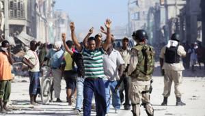 Des pillards arrêtés par la police à Port-au-Prince.