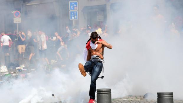 Un supporter anglais lors d'échauffourées à Marseille en marge du match Angleterre-Russie