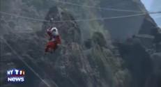 Brésil : le Père Noël descend d'une montagne en tyrolienne