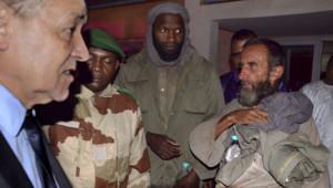 Les ex-otages Thierry Dol et Daniel Larribe en face de Laurent Fabius juste après leur libération à Niamey, le 29 octobre 2013