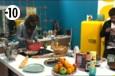 Gautier s'active en cuisine pour préparer le dîner.