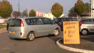 Automobilistes faisant la queue devant des pompes à essence en Loire-Atlantique (13/10/2010)