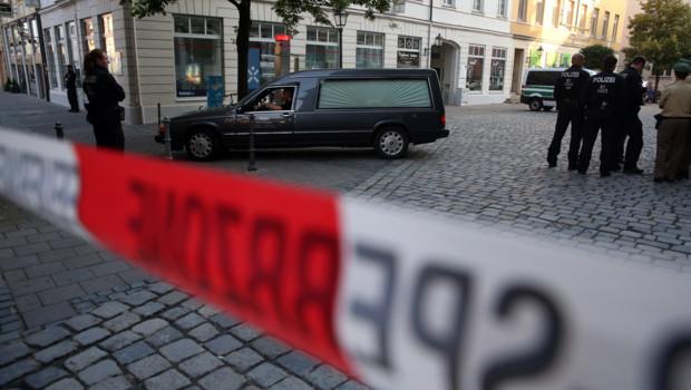 Un corbillard sortant de la zone où un réfugié syrien s'est fait exploser à Ansbach en Allemagne.