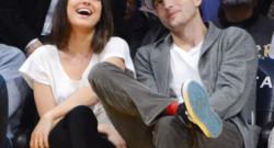 Mila Kunis et Ashton Kutcher, très complices à un match NBA opposant les Lakers aux Phoenix Suns, au Staples Center, à Los Angeles, le 12 février 2013.