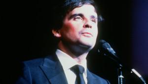 L'imitateur et humoriste Thierry Le Luron se produit sur la scène du théâtre du gymnase, le 22 novembre 1984, à Paris.