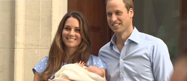 """Kate, William présentent leur """"royal baby"""", le 23 juillet 2013, en sortant de la maternité"""