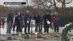 Recueillement devant la flamme éternelle de John F.Kennedy au cimetière d'Arlington à Washington