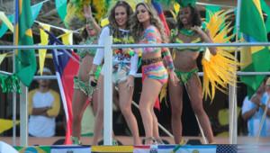 """Jennifer Lopez et Claudia Leitte sur le tournage du clip de """"We are one (Ole Ola)"""", le 11 février 2014 à Miami."""