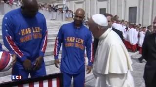 Le pape François se met au basket