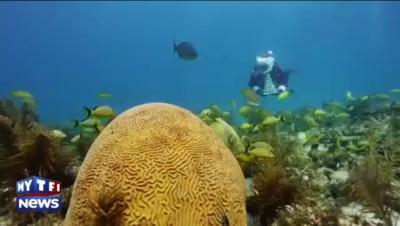 Le père Noël délivre aussi ses cadeaux sous la mer