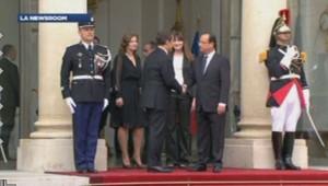 Nicolas Sarkozy et François Hollande devant l'Elysée, le 15 mai 2012.