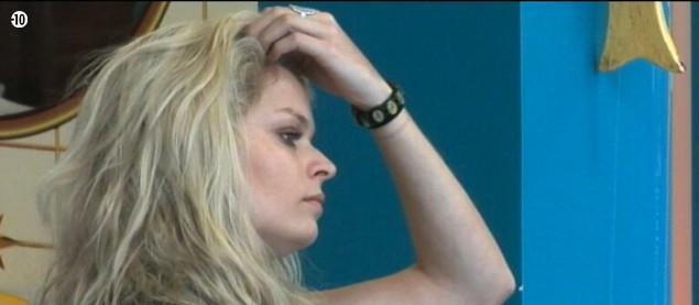Morgane semble bien pensive... Qu'est-ce qui peut bien la préoccuper ainsi ? Les nominations ?