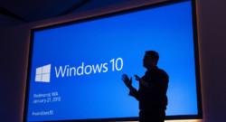La silhouette du responsable des systèmes d'exploitation de Microsoft, Terry Myerson, lors de la conférence Windows 10 (janvier 2015)