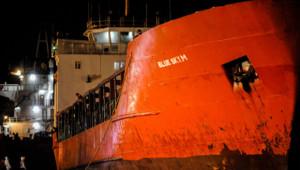 Le cargo Blue Sky M dans le port de Gallipoli en Italie le 31 décembre 2014.
