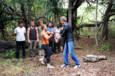 Les candidats sont prêts pour une nouvelle épreuve d'immunité. Myriam remet à Denis le totem qu'elle avait acquis lors de la précédente épreuve - Koh-Lanta, le Choc des Héros