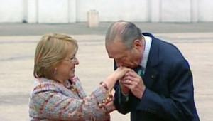 Jacques Chirac fait le baise-main à Michelle Bachelet, présidente du Chili (TF1/LCI)