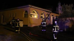 Photo de pompiers mobilisés pour éteindre un incendié déclaré à la mosquée d'Auch, le 23 août 2015