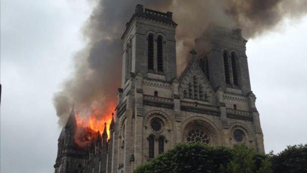 Le voyage a Nantes - Page 2 La-basilique-saint-donatien-a-nantes-est-en-flammes-11424491drida_1713