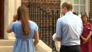 """Après avoir présenté leur """"royal baby"""", le 23 juillet 2013, en sortant de la maternité, Kate et William remontent quelques minutes pour mettre leur enfant dans le siège auto"""