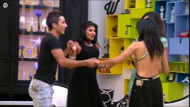 Dans le salon, Vivian, Nathalie, Jessica et Leila font une ronde pour célébrer ensemble leur qualification.