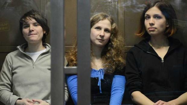 Les membres du groupe punk Pussy Riot dans un tribunal de Moscou (Russie), le 10 octobre 2012.