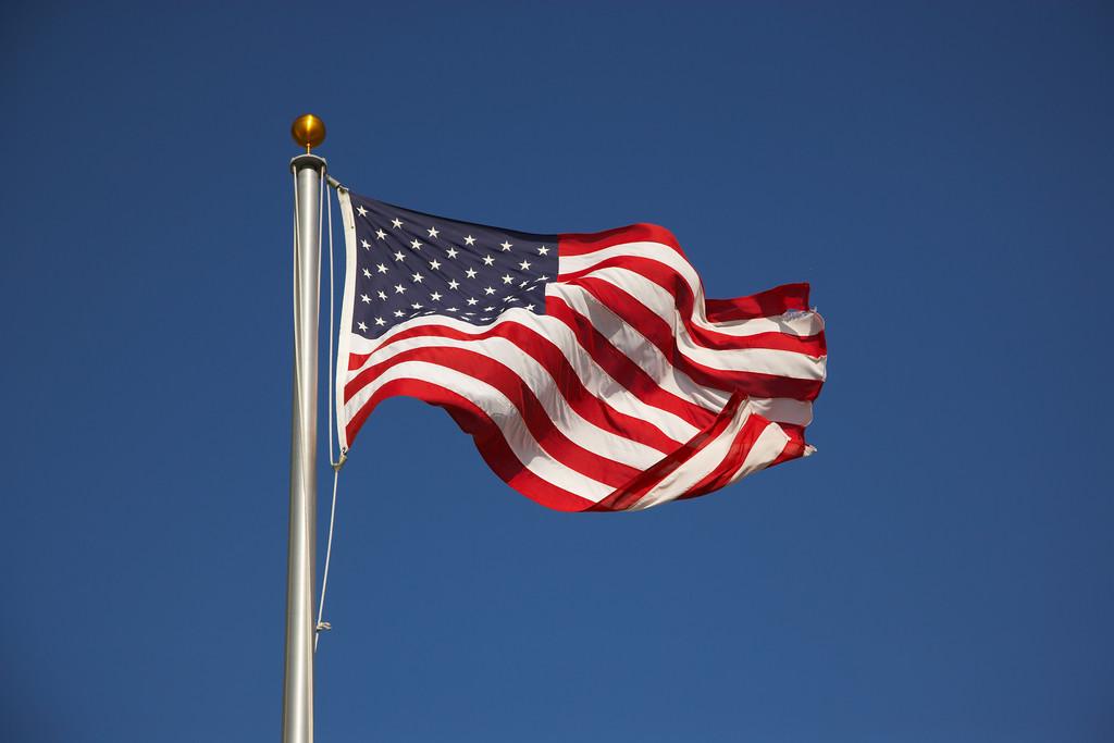 http://s.tf1.fr/mmdia/i/49/6/drapeau-americain-image-d-illustration-10964496mvovc.jpg?v=1