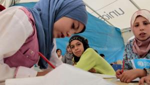 Enfants syriens étudiant dans une école gérée par l'Unicef, camp de Zaatari, 4/10/12