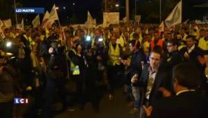 Les agriculteurs en colère passent la nuit devant le marché de Rungis