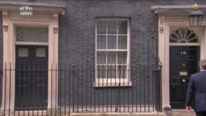 Micro allumé, David Cameron fredonne un petit air après l'annonce de sa passation de pouvoir