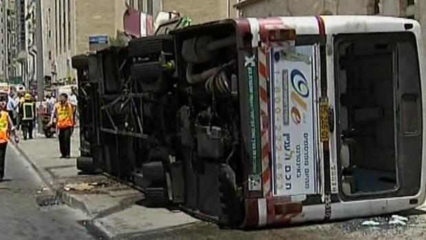 Le bus renversé par une pelleteuse à Jérusalem, le 2 juillet 2008