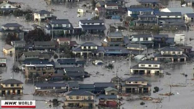 Des faubourgs inondés après un tsunami dû à un terrible séisme le 11 mars 2011 au Japon